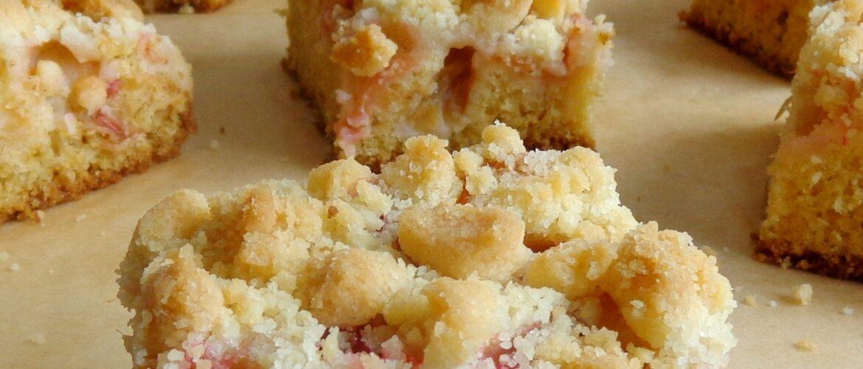 Ciasto waniliowe z rabarbarem i kruszonką