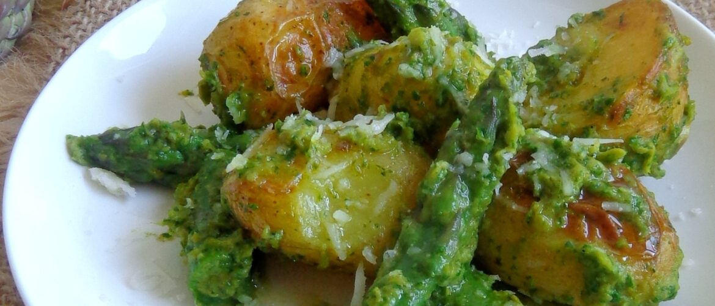 Pieczone młode ziemniaki ze szparagami z pesto z groszku i rukoli